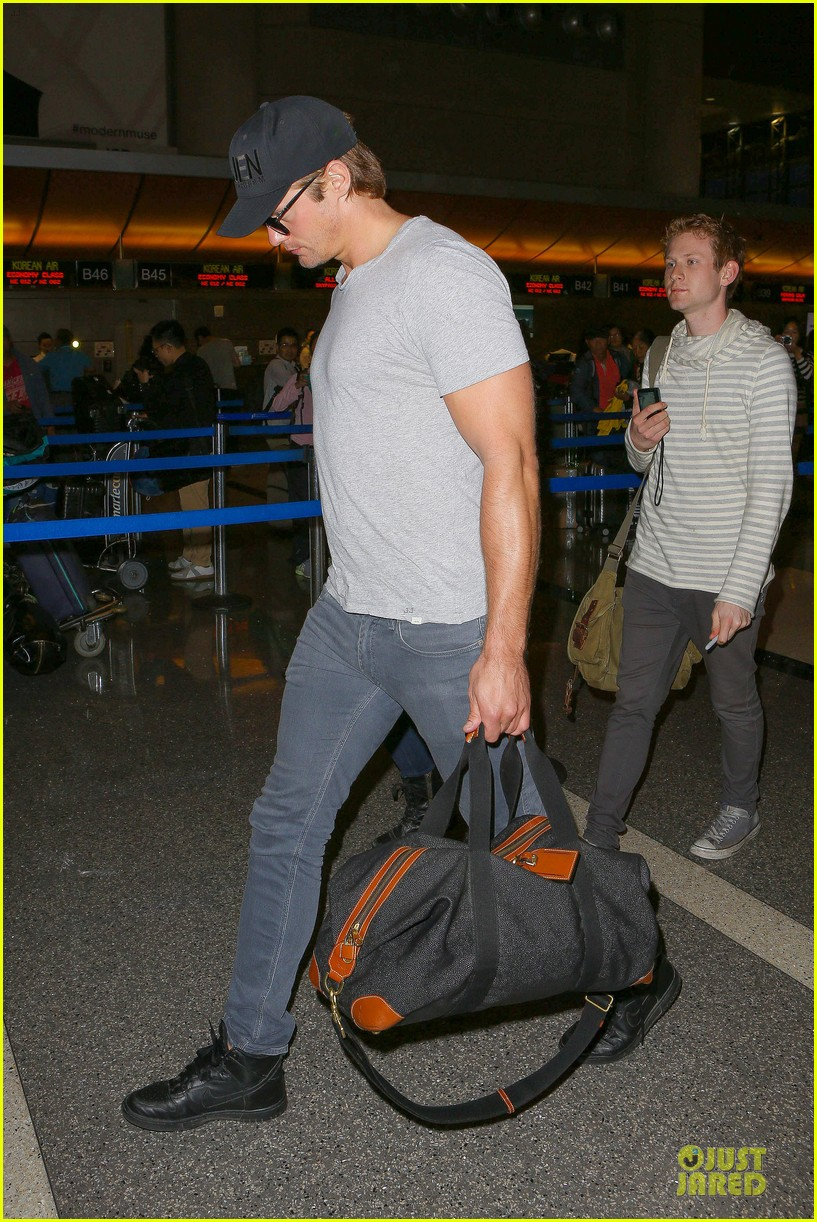 alexander skarsgard packs light lax departure 28