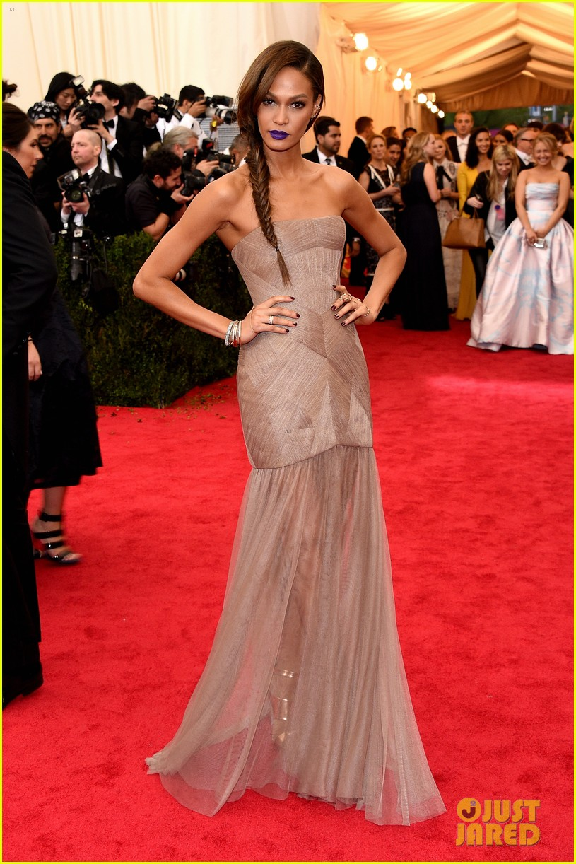 joan smalls met ball 2014 red carpet 05