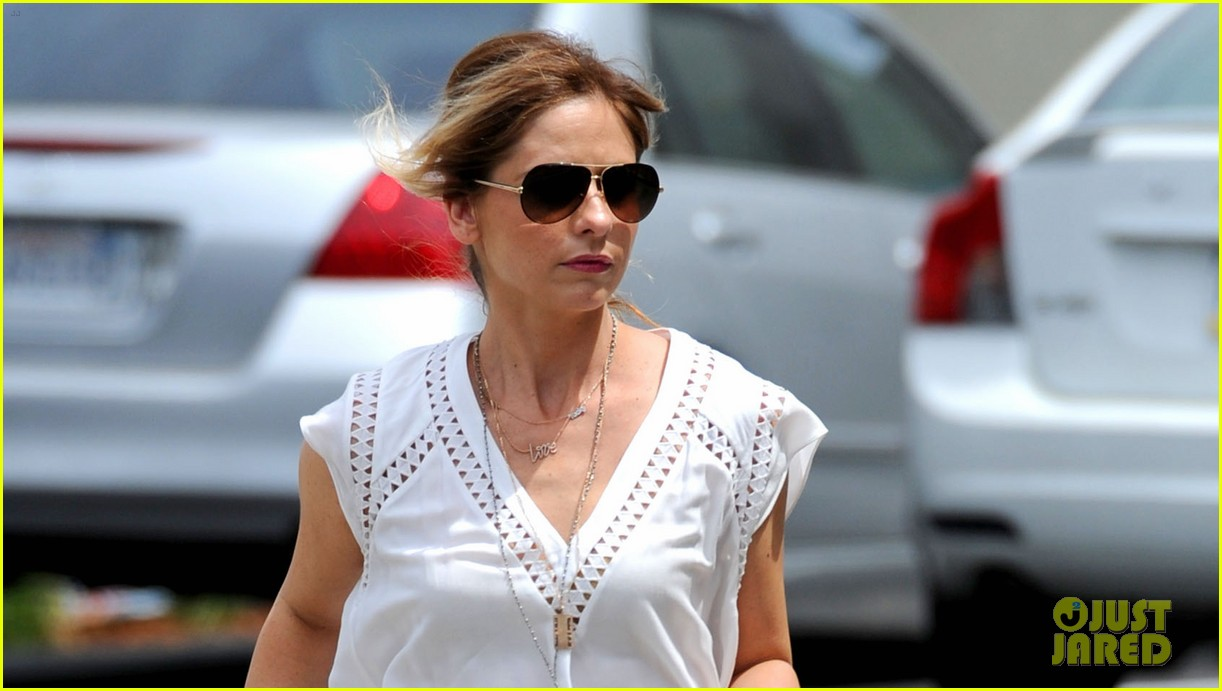 sarah michelle gellar looks to be in great spirits despite crazy ones cancellation 033111375