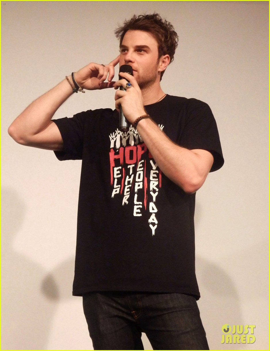 ian somerhalder entertains crowd another day of bloody con 273116077