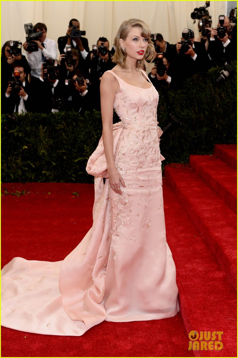 taylor swift makes grand entrance met ball 2014 013106103