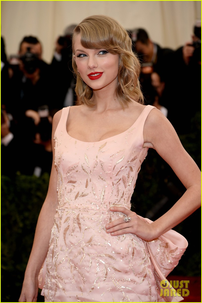 taylor swift makes grand entrance met ball 2014 02
