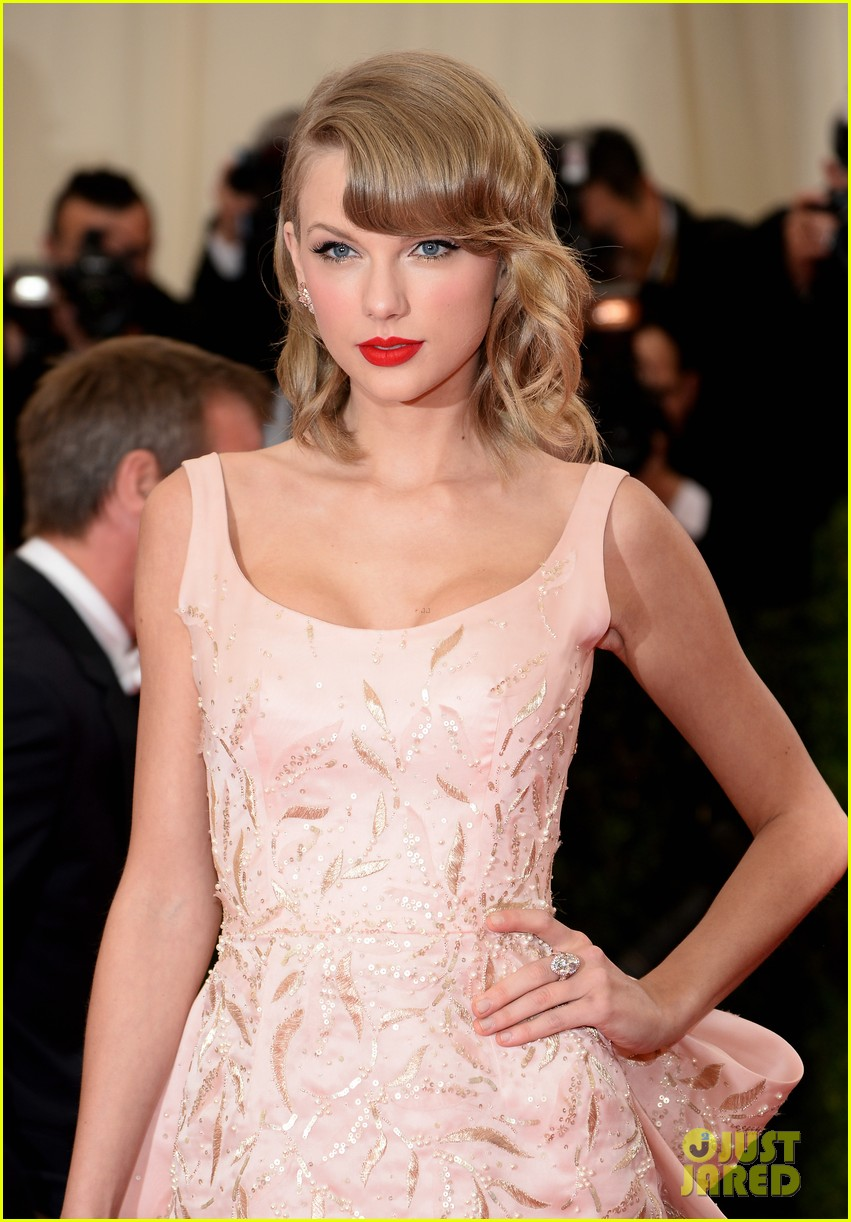 taylor swift makes grand entrance met ball 2014 043106106
