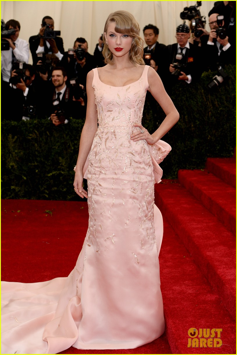 taylor swift makes grand entrance met ball 2014 07