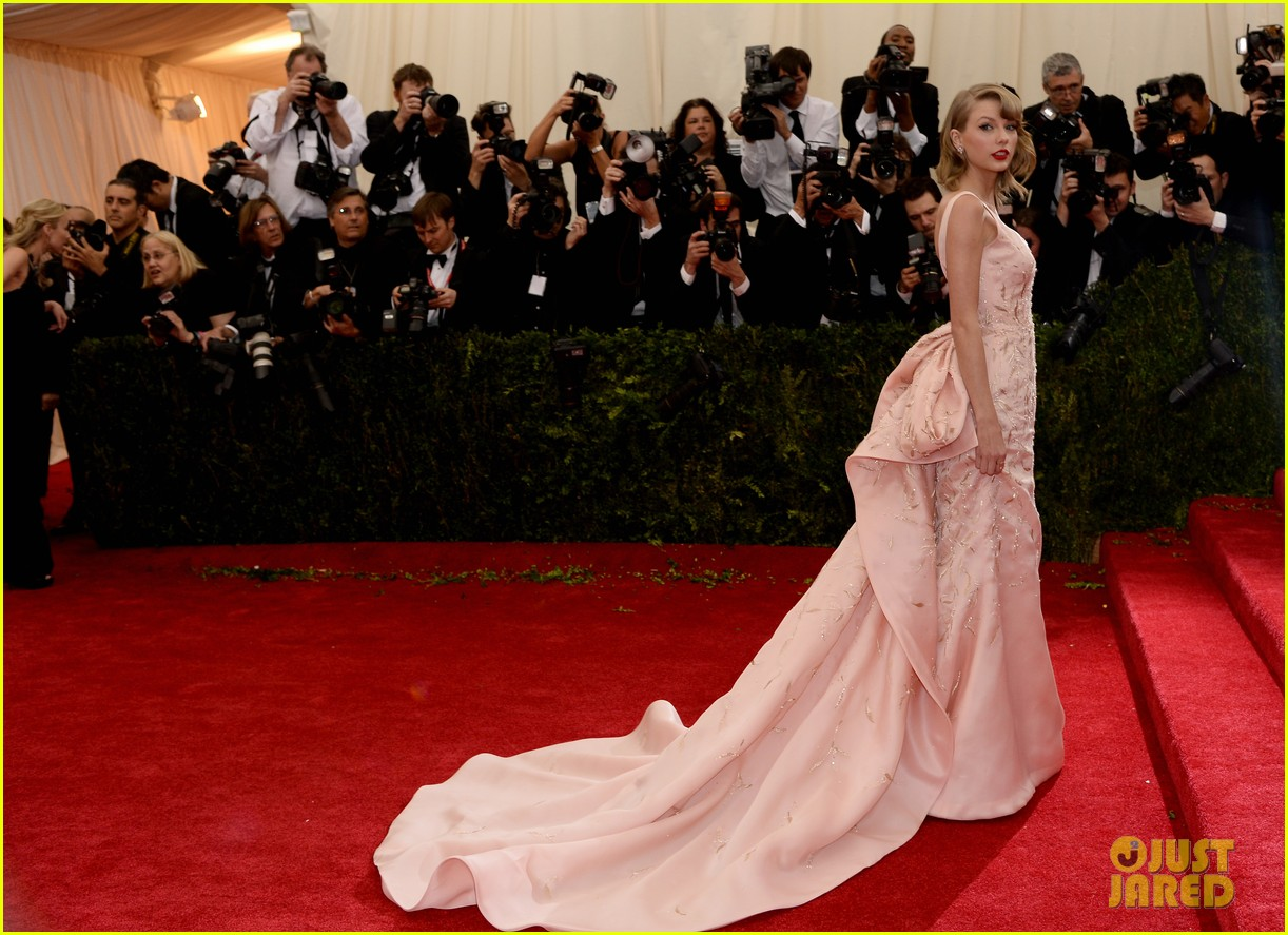 taylor swift makes grand entrance met ball 2014 083106110