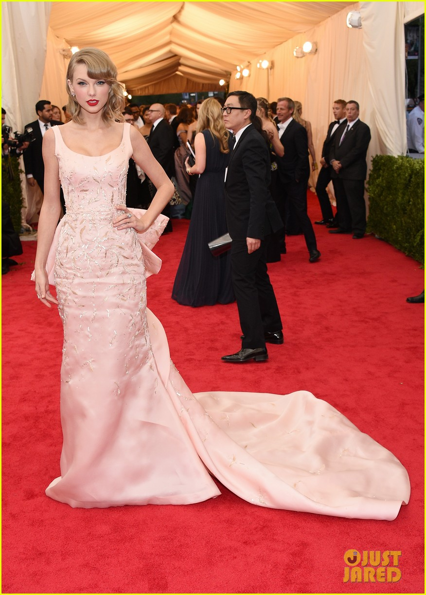 taylor swift makes grand entrance met ball 2014 103106112