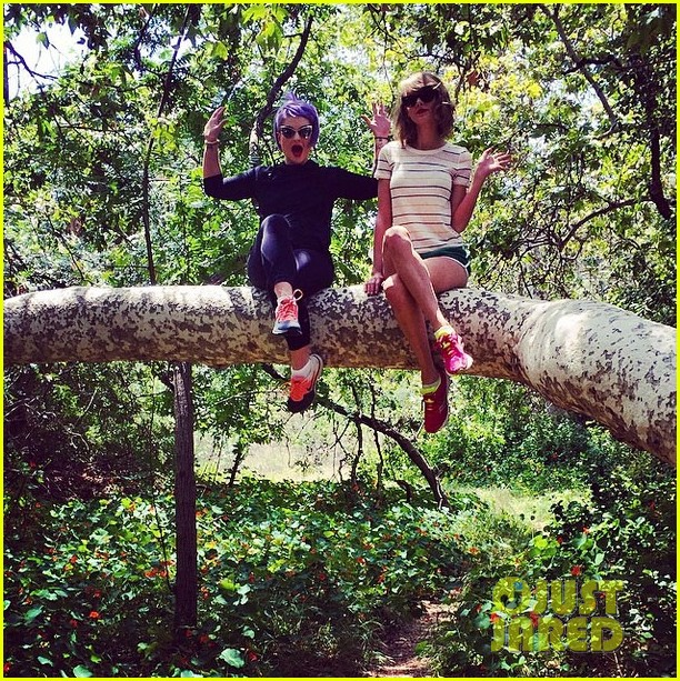 taylor swift climbs trees with kelly osbourne 033109119