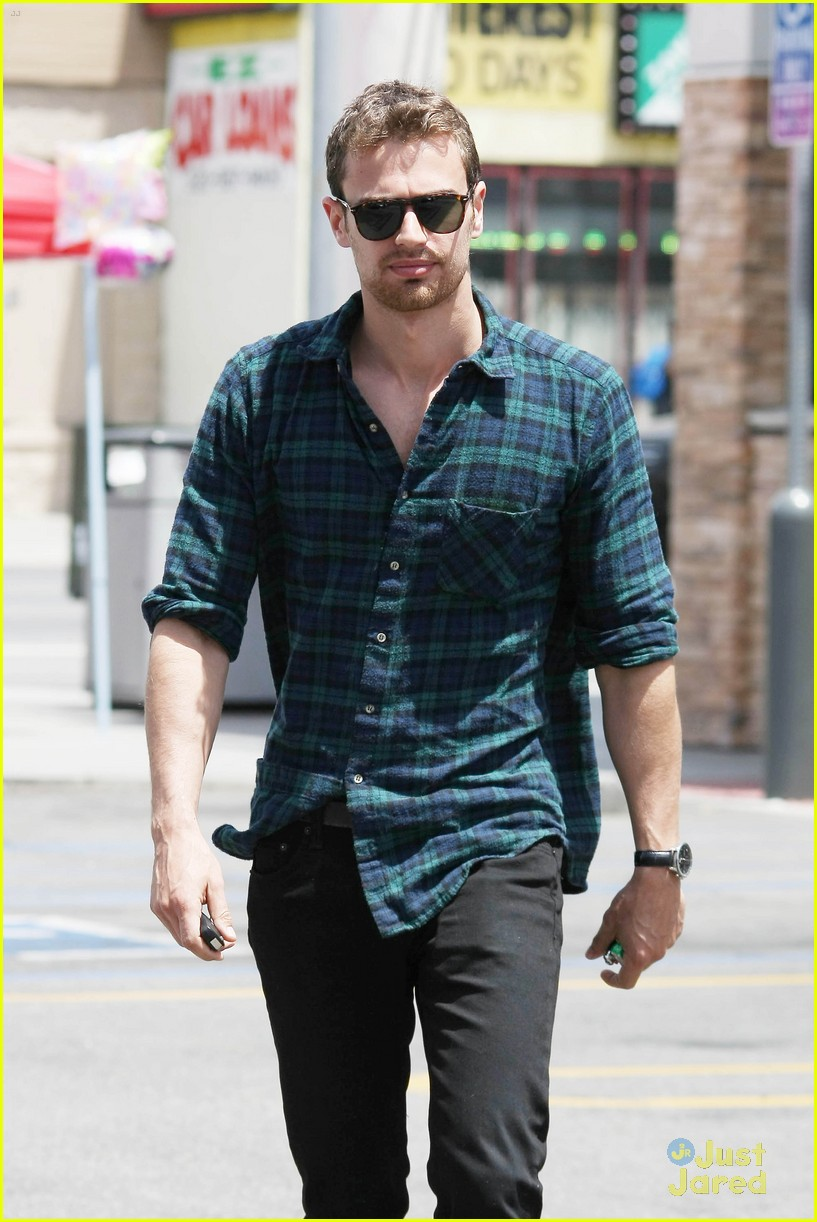 theo james runs errands los angeles 023109689