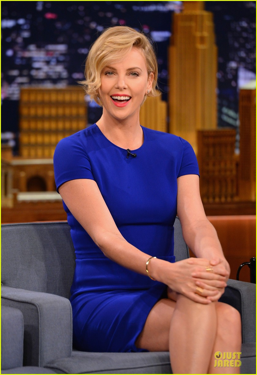 charlize theron josh harnett play charades on tonight show 04