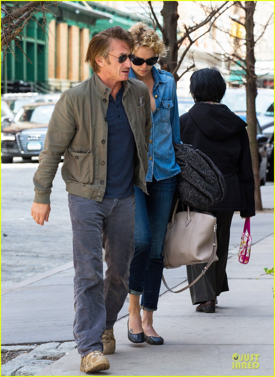 charlize theron sean penn hold hands after met ball 013107021