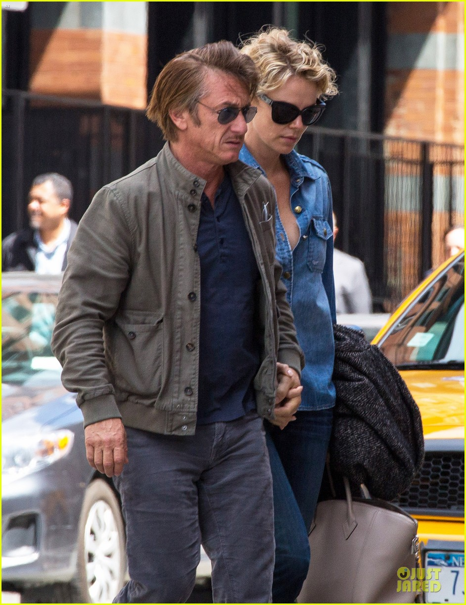 charlize theron sean penn hold hands after met ball 023107022