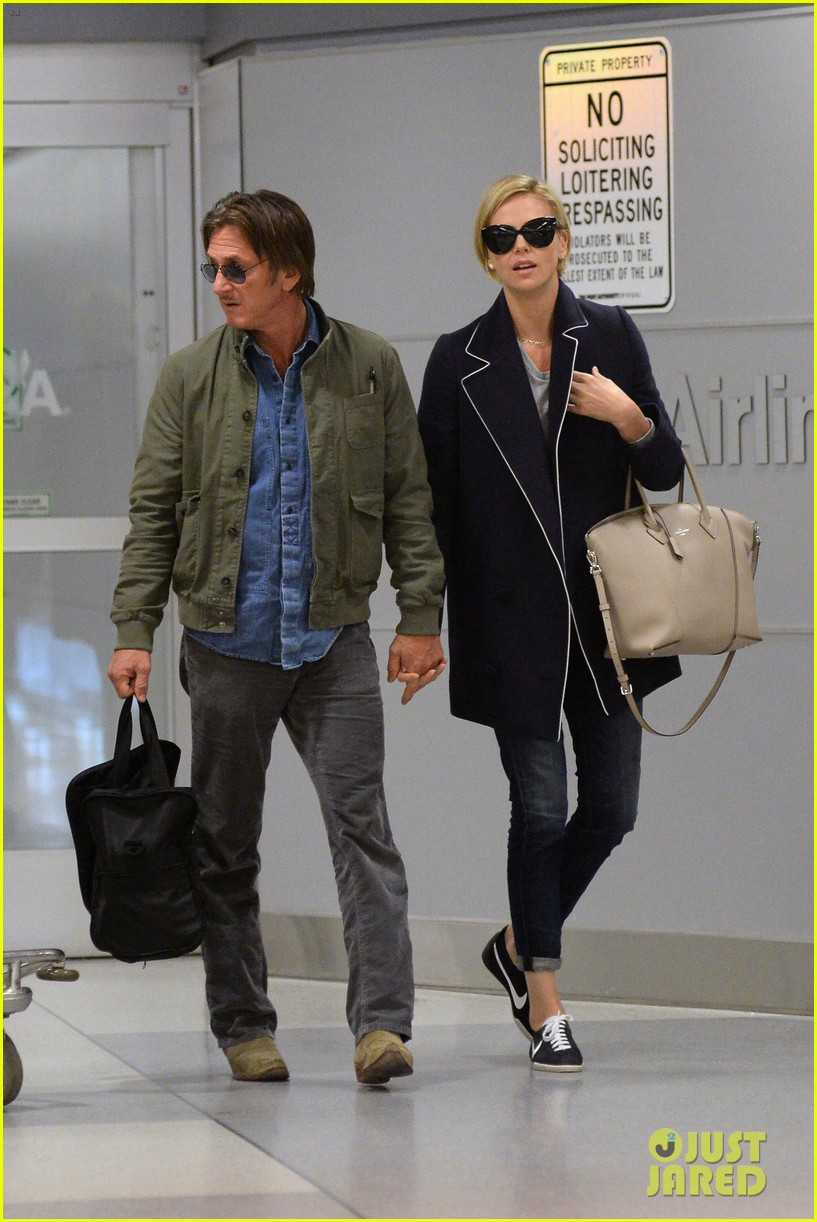 charlize theron sean penn hold hands upon new york arrival 013105555