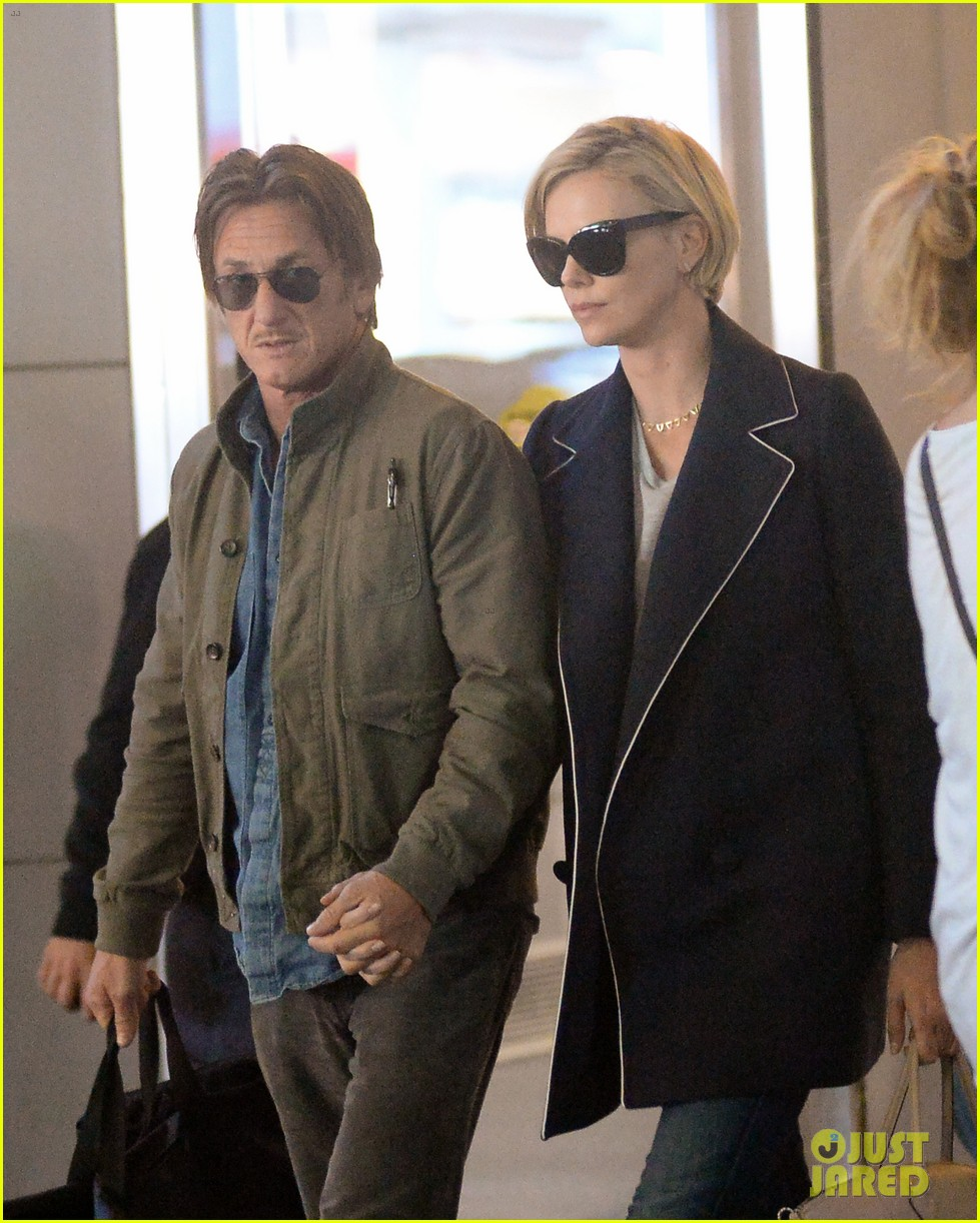 charlize theron sean penn hold hands upon new york arrival 023105556