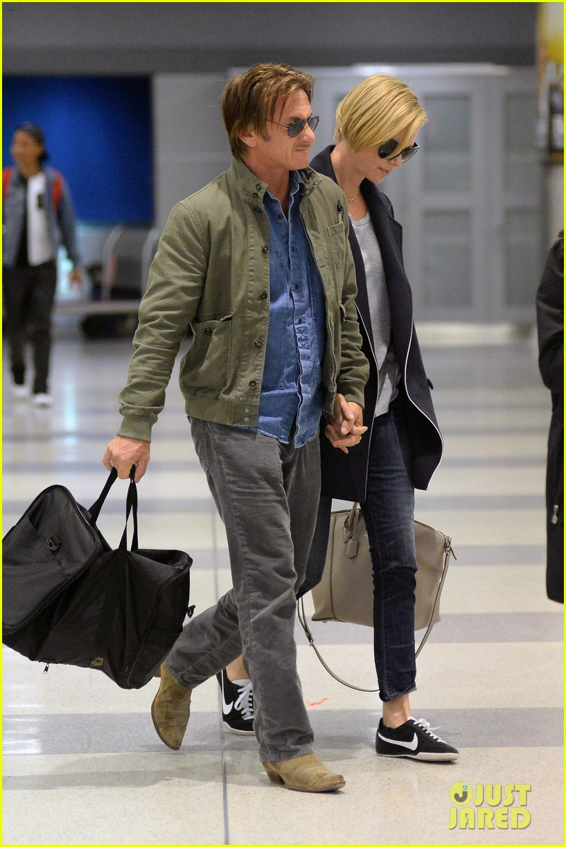 charlize theron sean penn hold hands upon new york arrival 033105557
