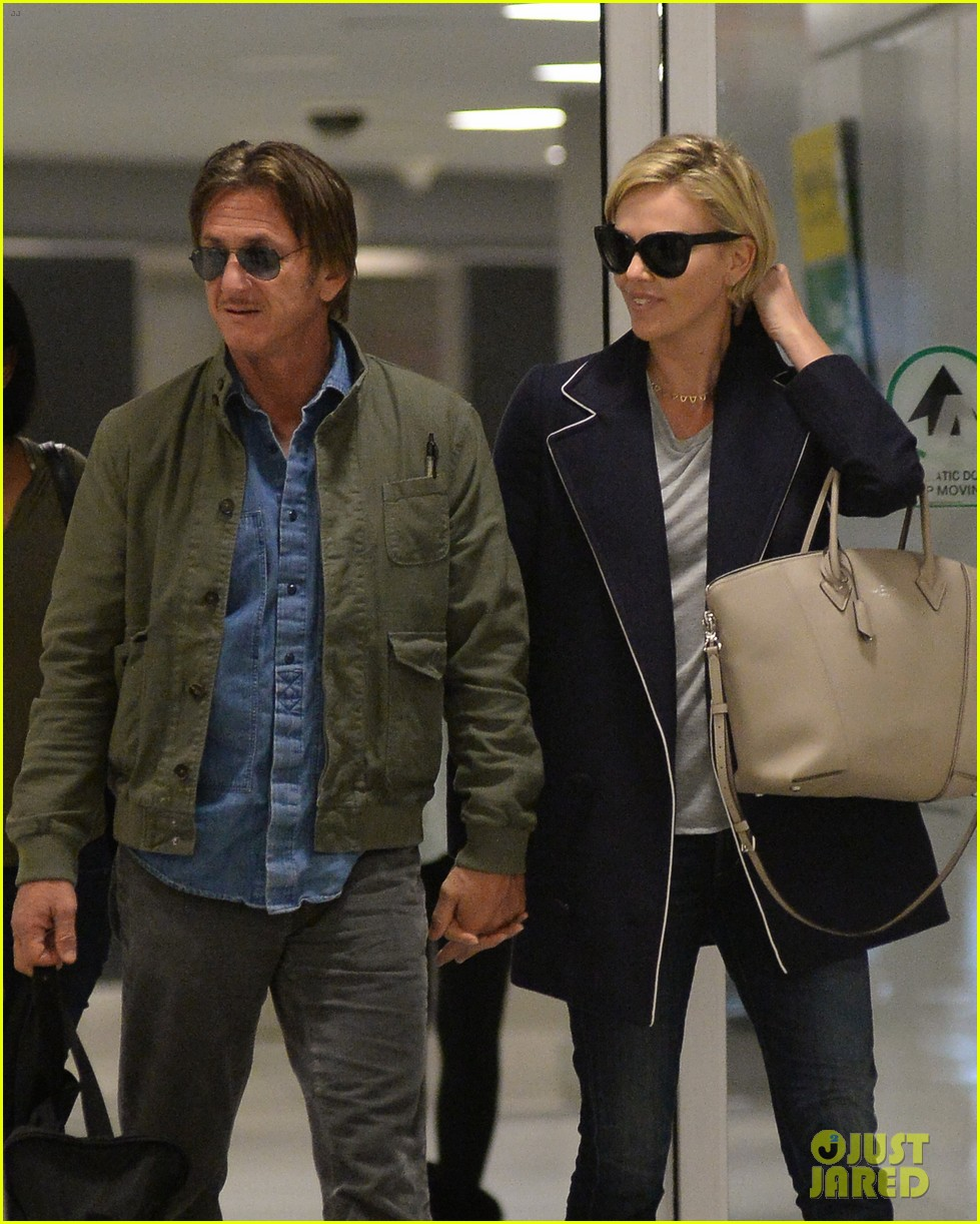 charlize theron sean penn hold hands upon new york arrival 083105562