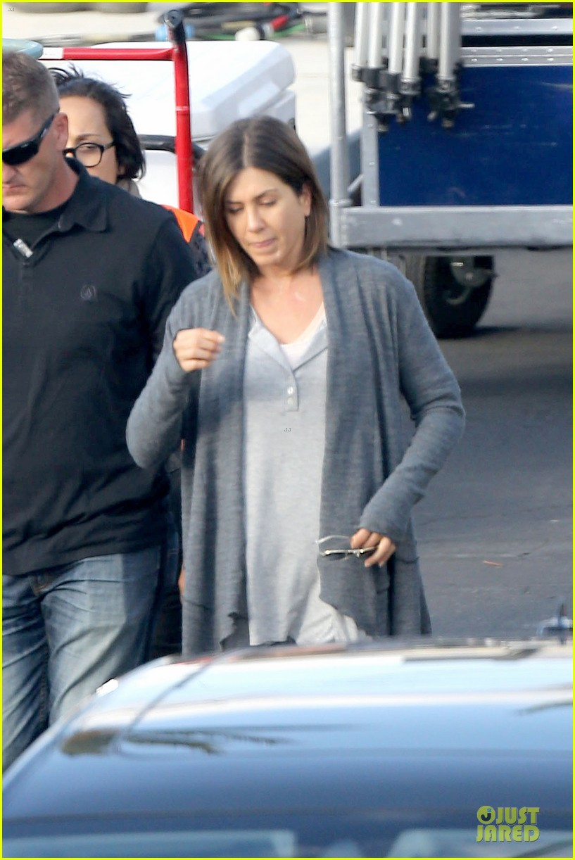 jennifer aniston cake justin theroux right shirt for muscles 07