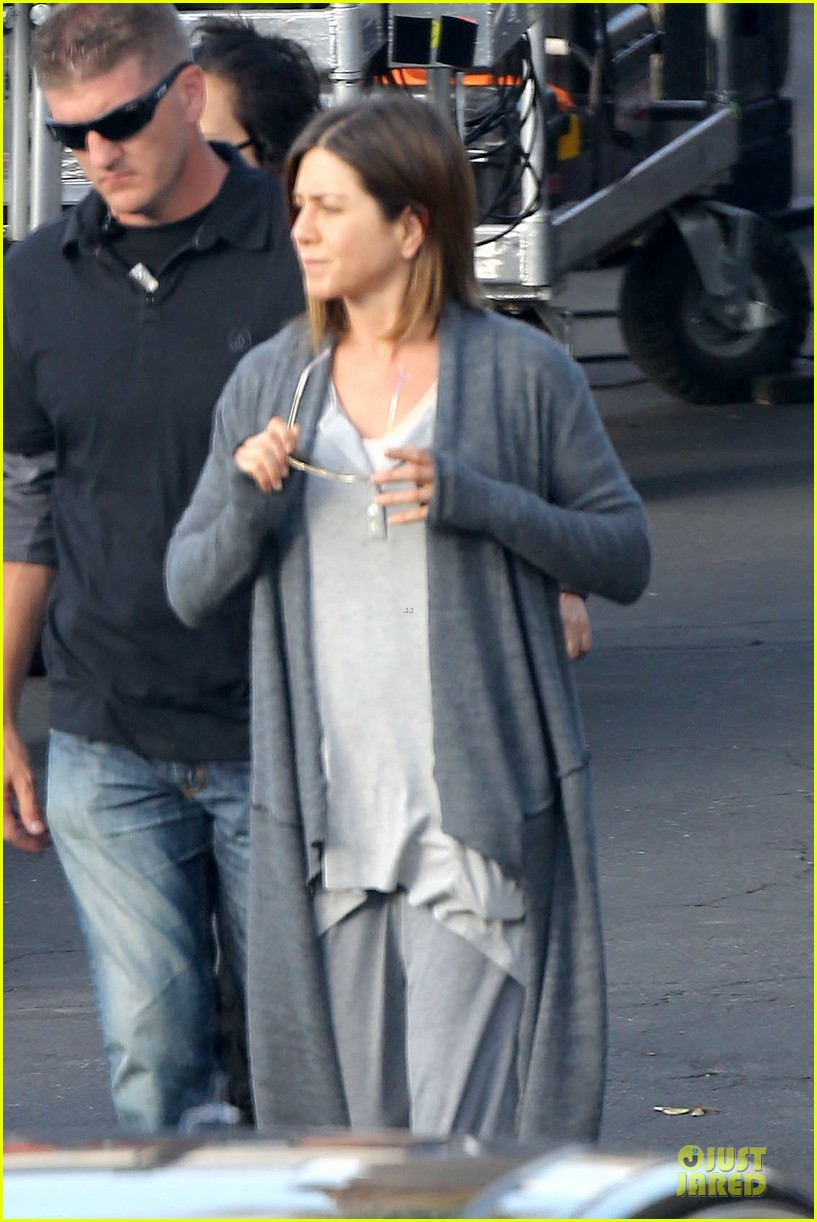 jennifer aniston cake justin theroux right shirt for muscles 163107140