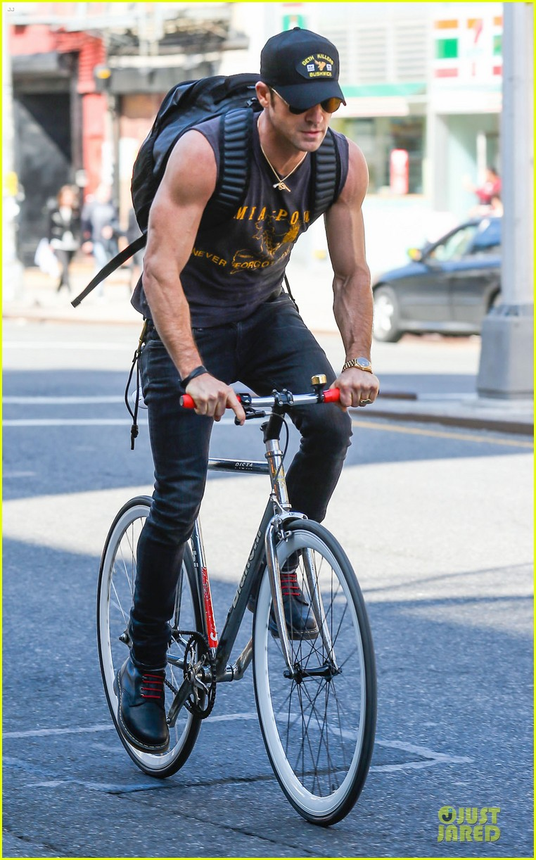 jennifer aniston cake justin theroux right shirt for muscles 223107146