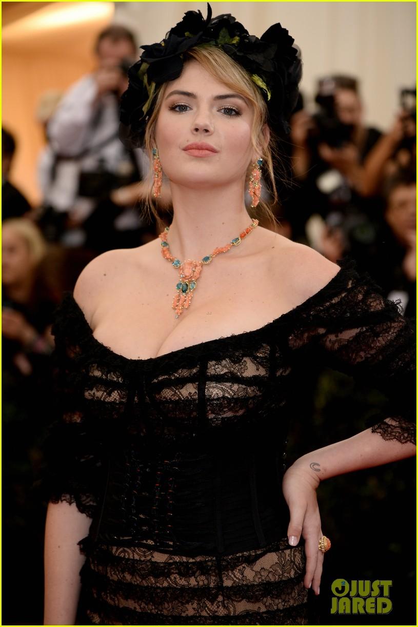 kate upton black floral headdress at met ball 2014 023106072