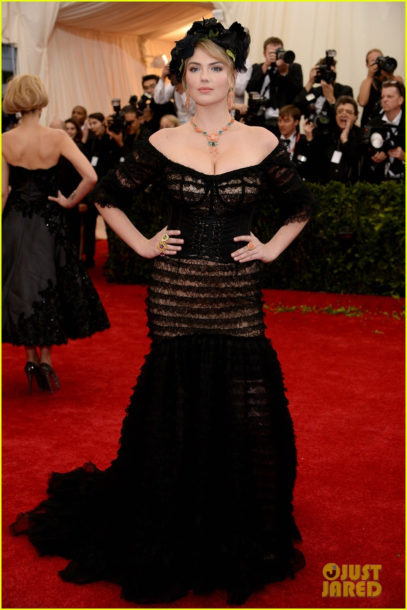 kate upton black floral headdress at met ball 2014 033106073