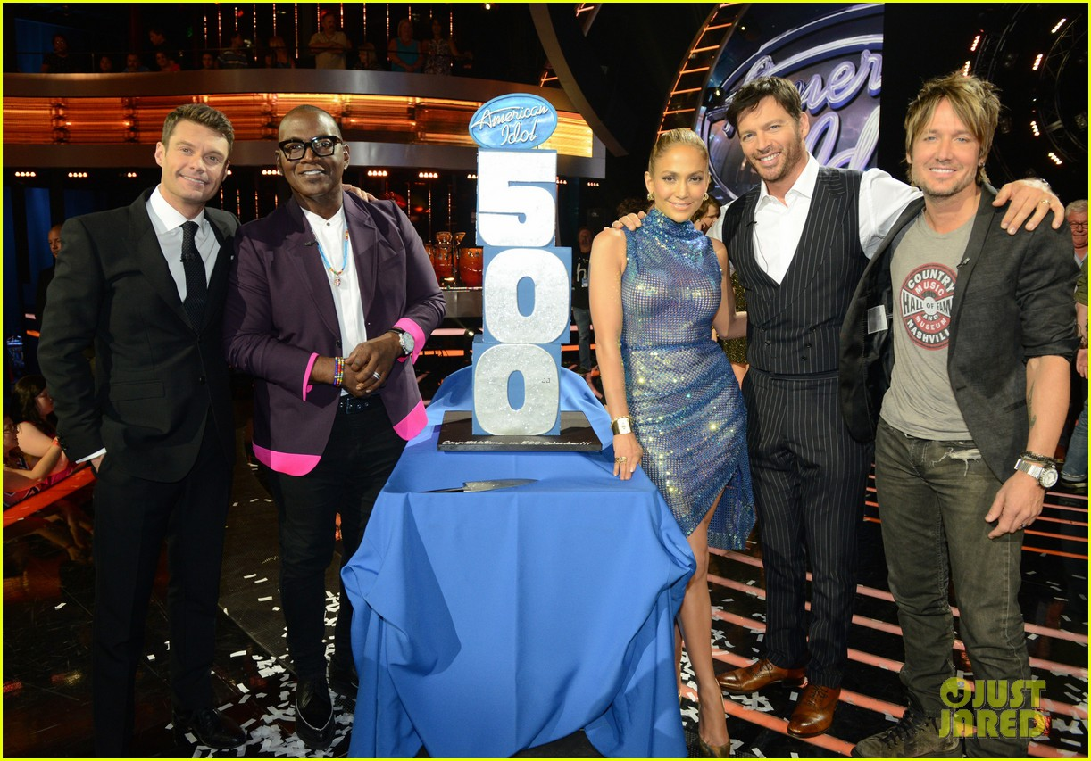 keith urban places nicole kidman photo on idol judges table 01
