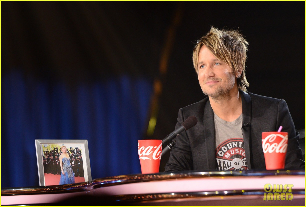 keith urban places nicole kidman photo on idol judges table 04