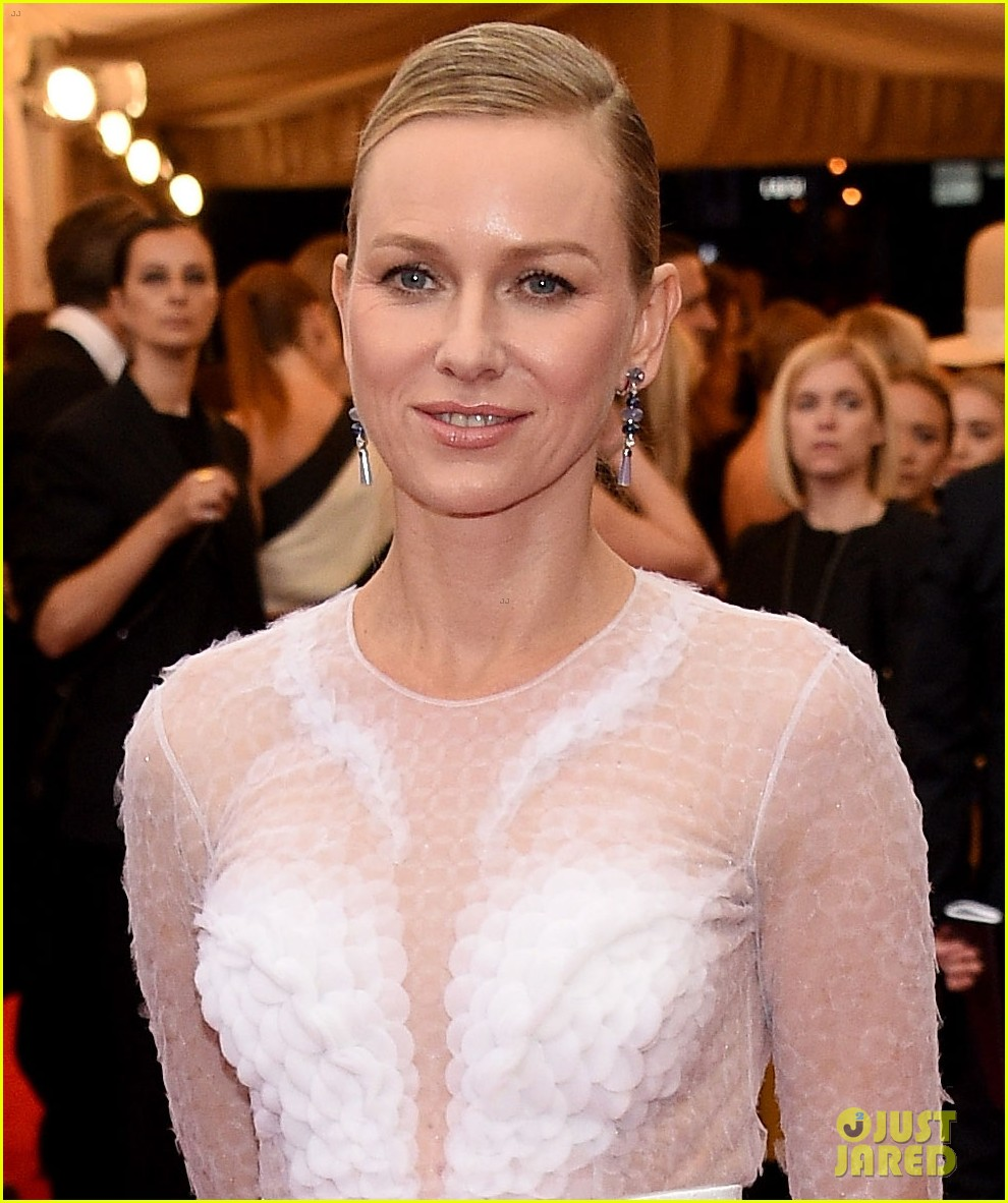 naomi watts met ball 2014 red carpet 01