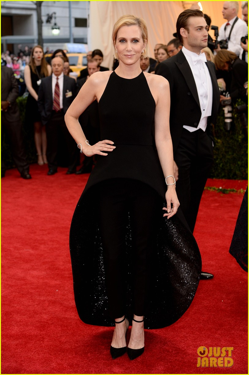 kristen wiig met ball 2014 red carpet 023106114