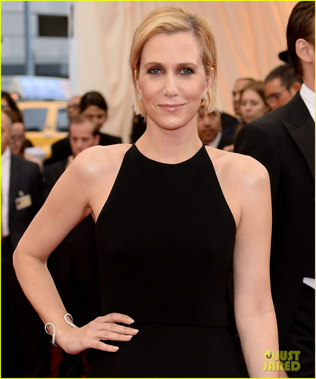 kristen wiig met ball 2014 red carpet 033106115