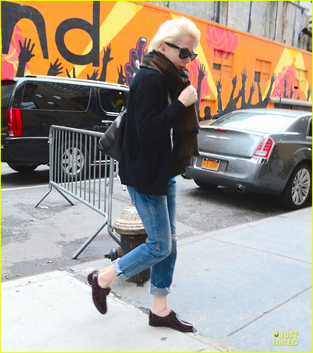 michelle williams falls in love with louis vuitton 013109630