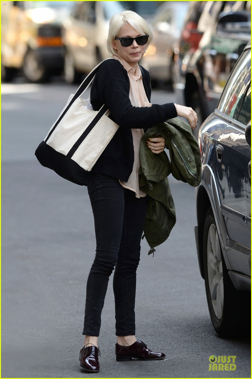michelle williams falls in love with louis vuitton 033109632