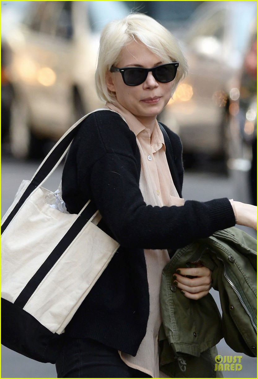 michelle williams falls in love with louis vuitton 043109633