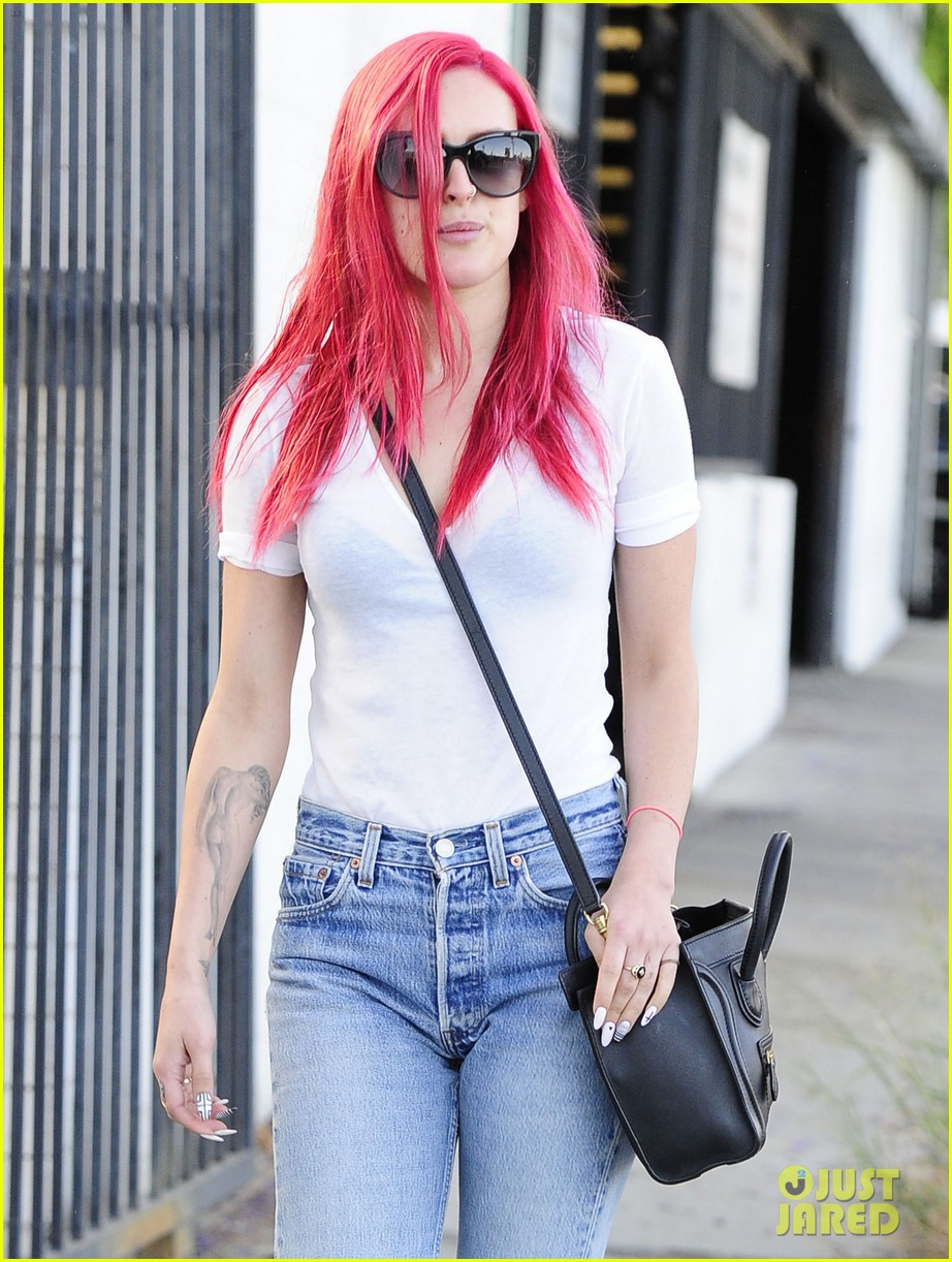 rumer willis dyes her hair bright pink 213119673