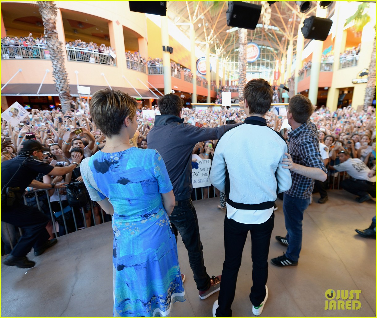 shailene woodley kissing ansel elgort in the fault in our stars 143107368