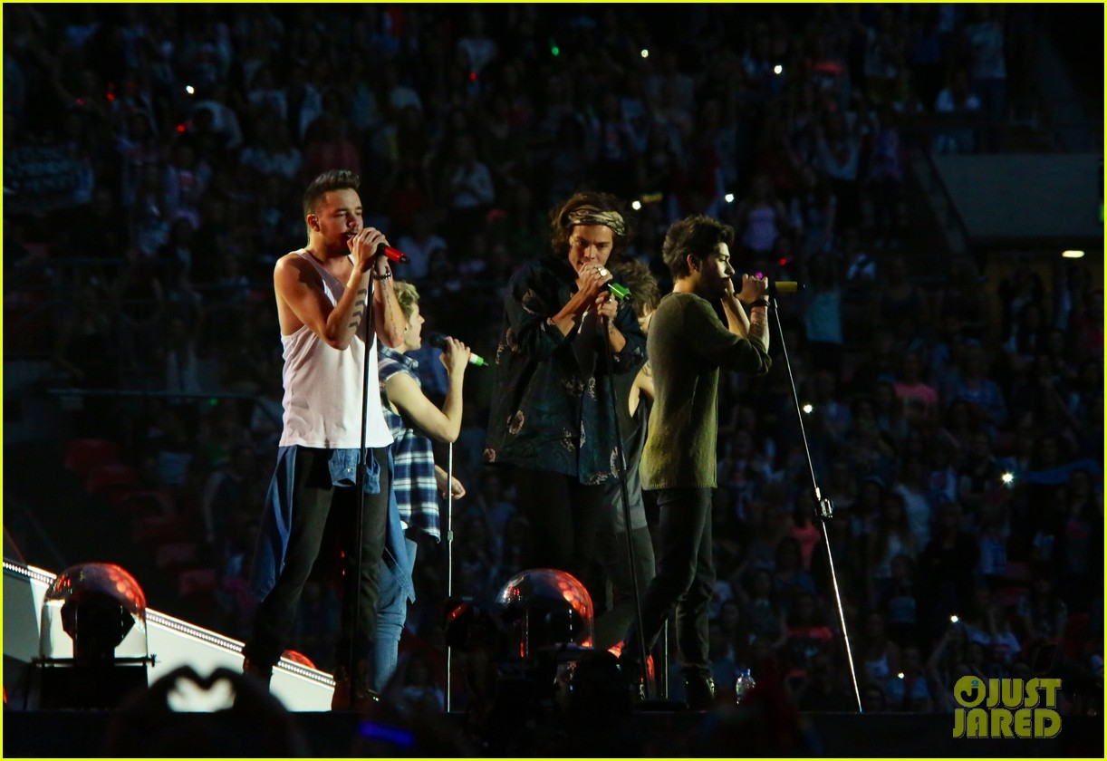 one direction wembly show two banana 073131047