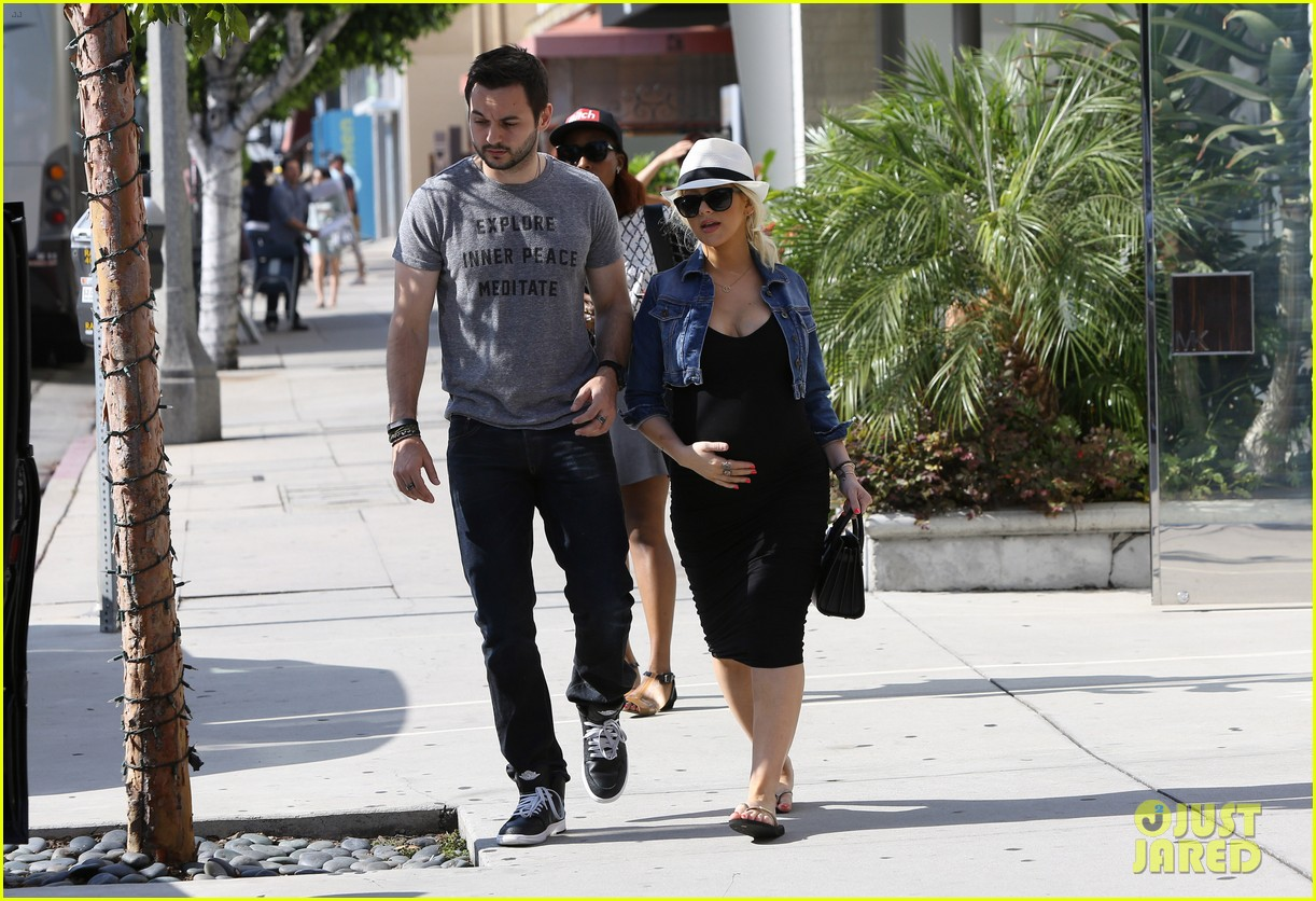 pregnant christina aguilera reveals large baby bump 21