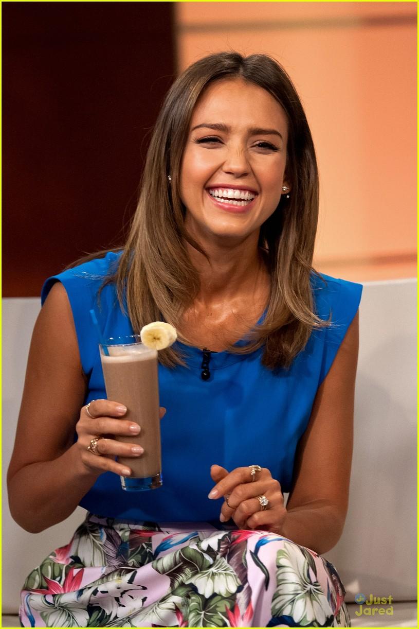 jessica alba makes chocolate shake look good 103139653