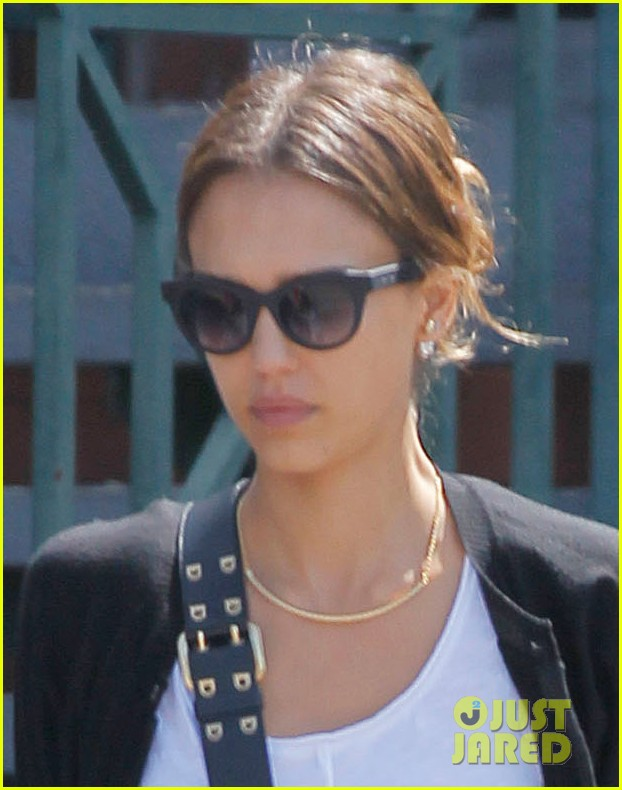 jessica alba daughters wont smile for dad 02