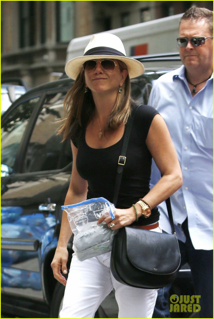jennifer aniston justin theroux have hot feet about wedding 023144720