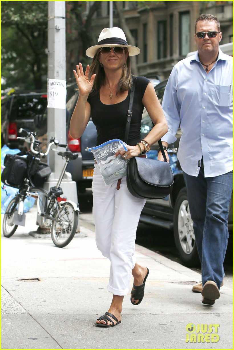 jennifer aniston justin theroux have hot feet about wedding 033144721