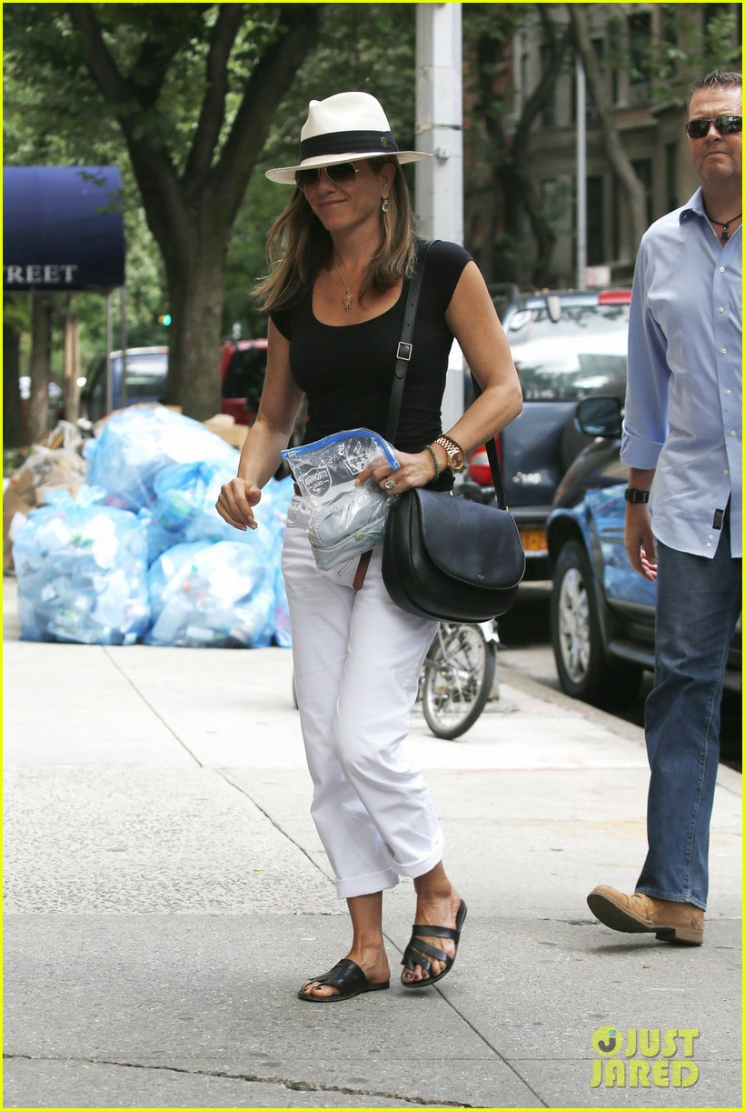 jennifer aniston justin theroux have hot feet about wedding 043144722