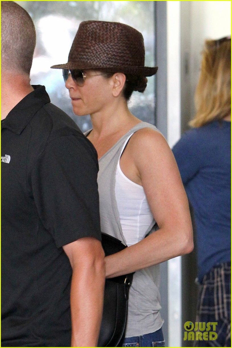 jennifer aniston pampers herself at the spa before dinner with chelsea handler 023126288