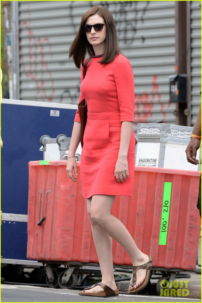 anne hathaway continues wearing long brunette wig 013144072