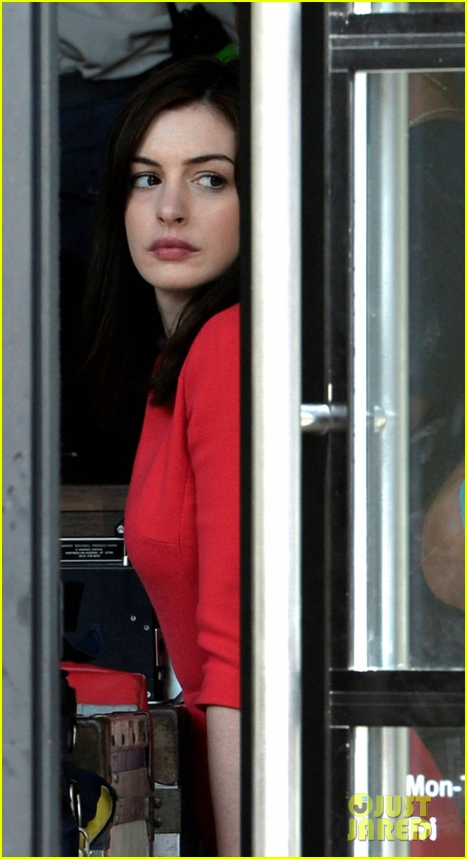 anne hathaway continues wearing long brunette wig 033144074