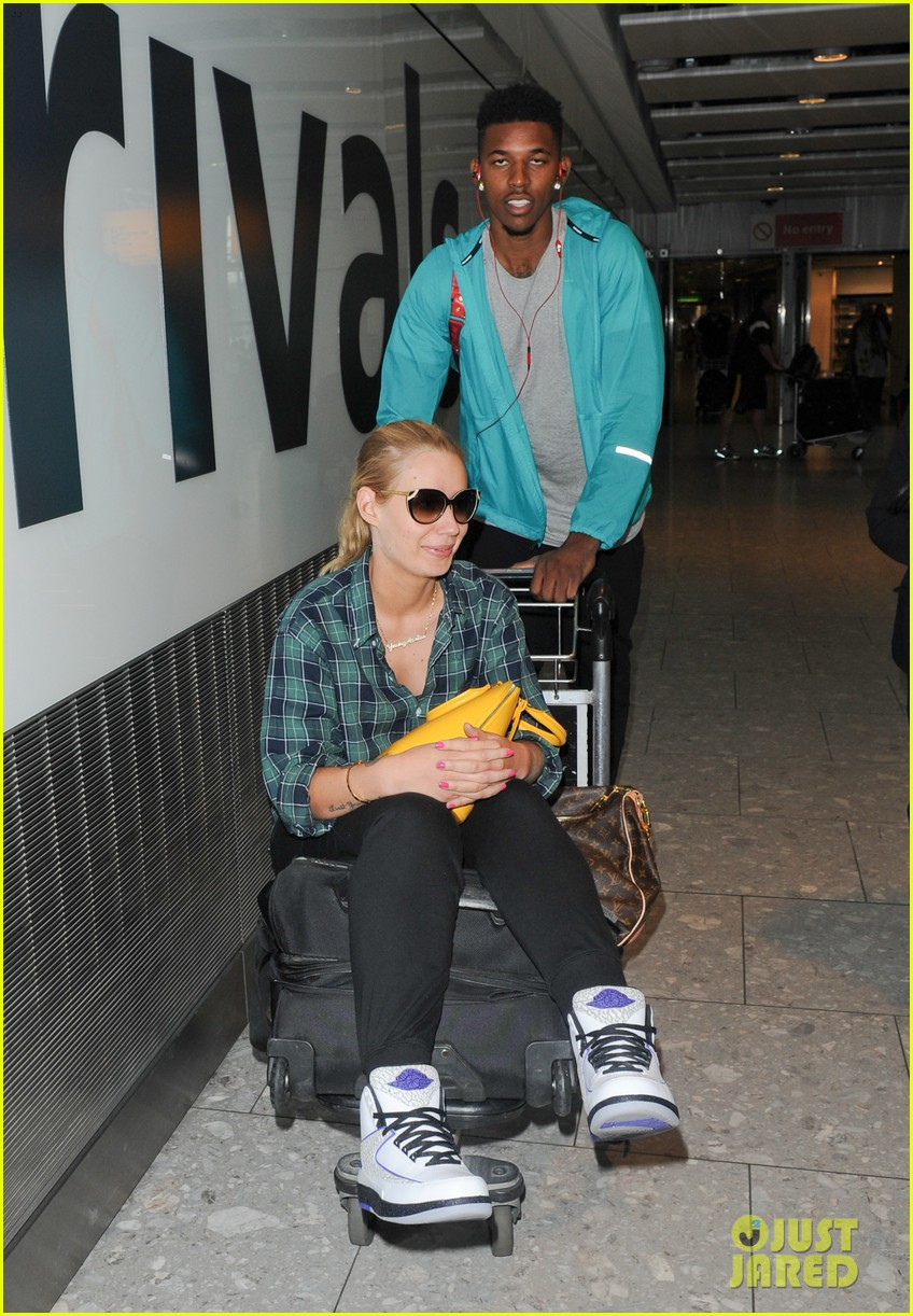 iggy azalea nick youn pushes her on a luggage cart 013139936