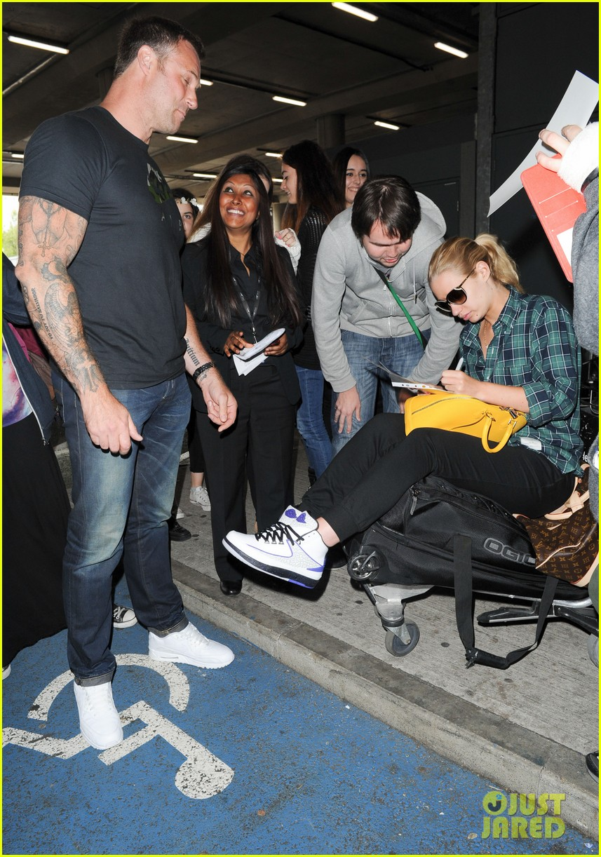 iggy azalea nick youn pushes her on a luggage cart 023139937