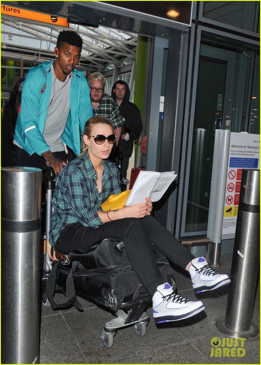 iggy azalea nick youn pushes her on a luggage cart 053139940