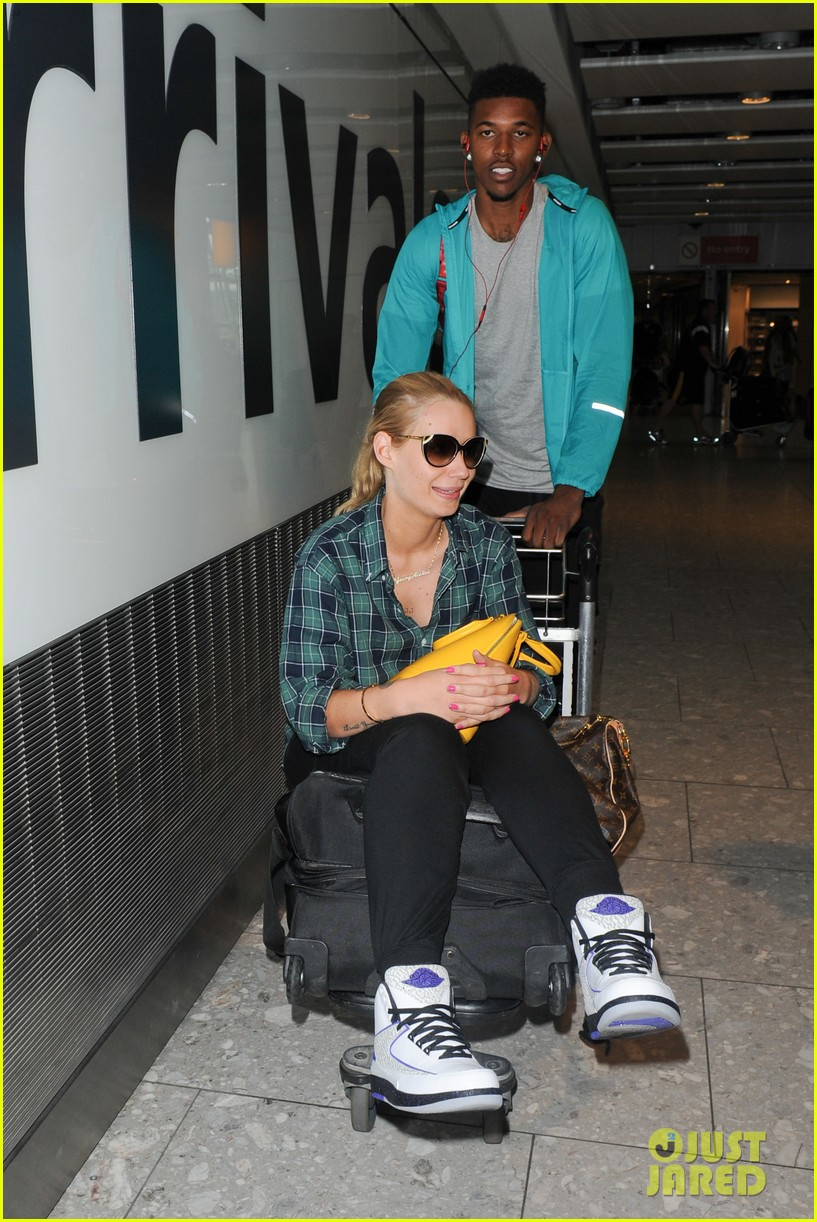 iggy azalea nick youn pushes her on a luggage cart 063139941