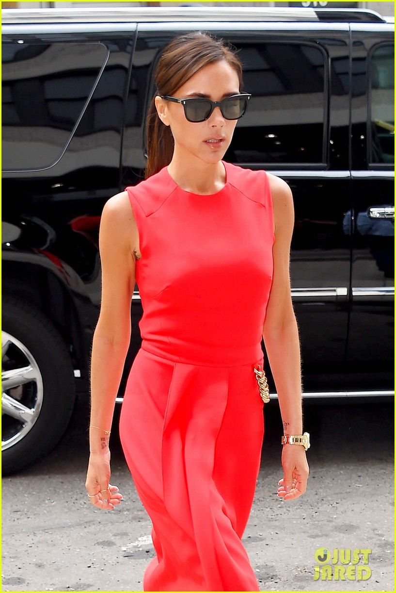 victoria beckhams street style is oh so chic 023132477