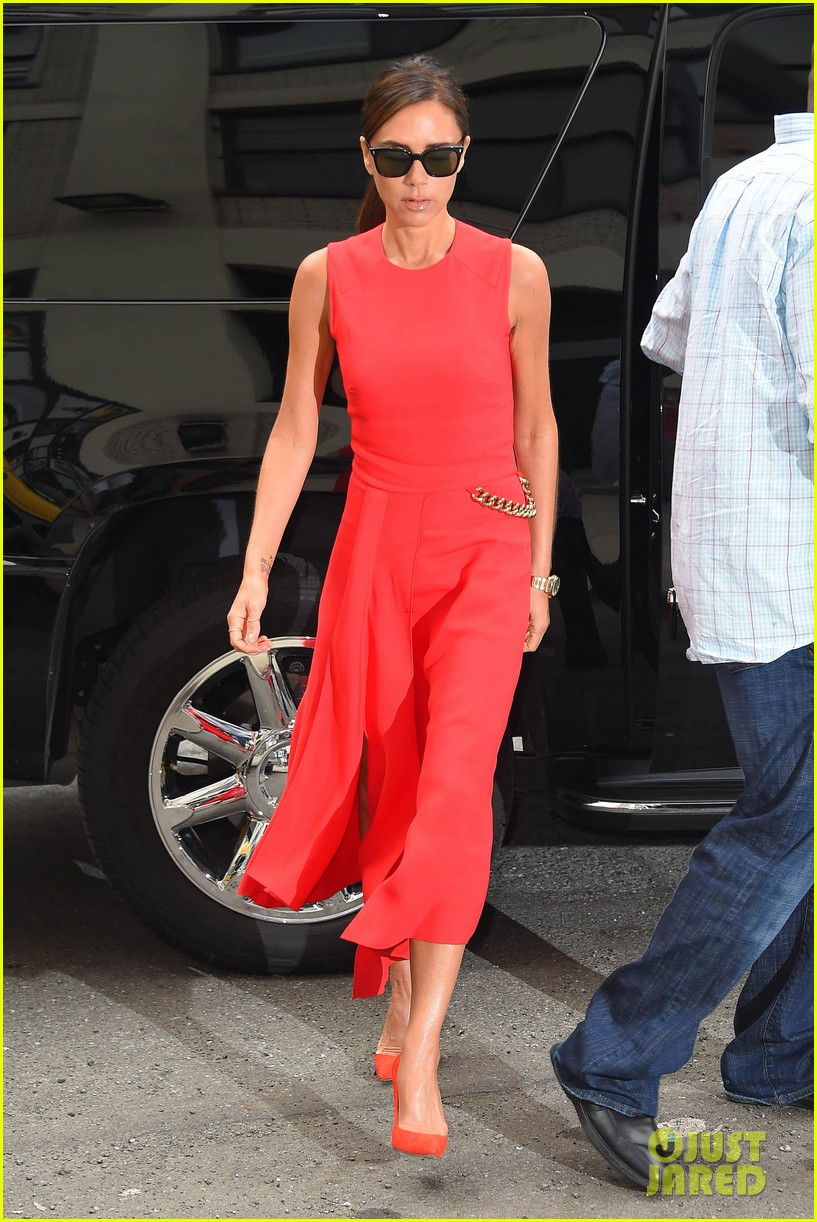 victoria beckhams street style is oh so chic 17
